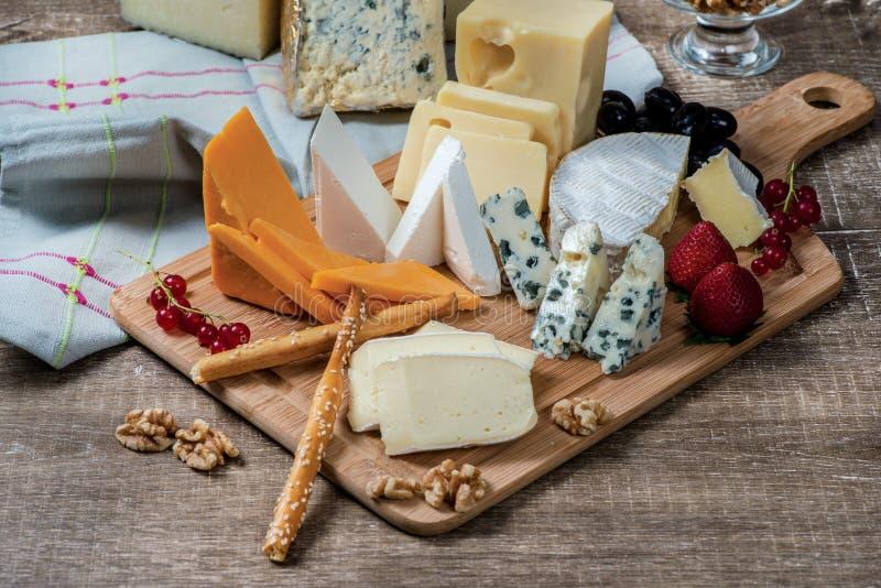 Käsehimmel Käse-Mischungs-Käsebriekäse, Gouda-Käse, Blauschimmelkäse stockfoto