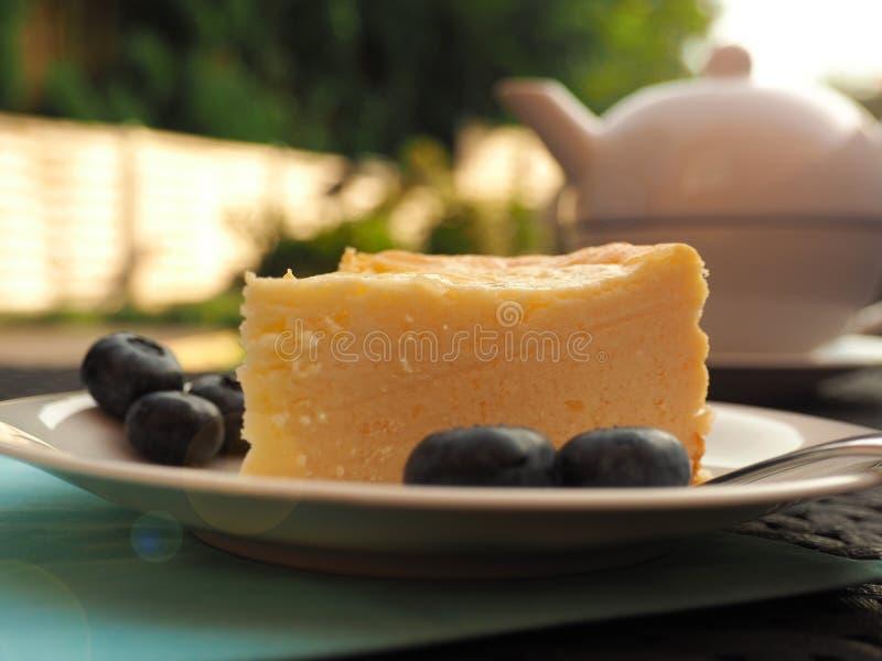 Käsekuchen mit Blaubeeren stockbild