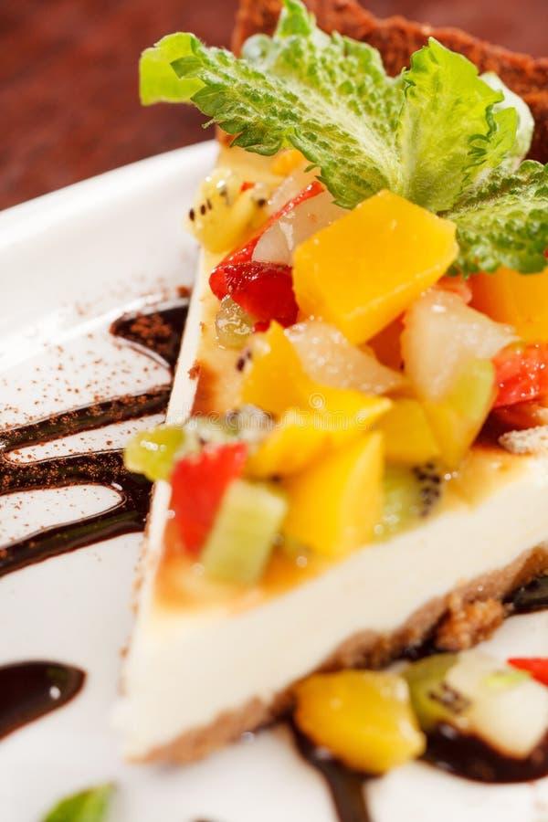 Käsekuchen mit Früchten stockfoto