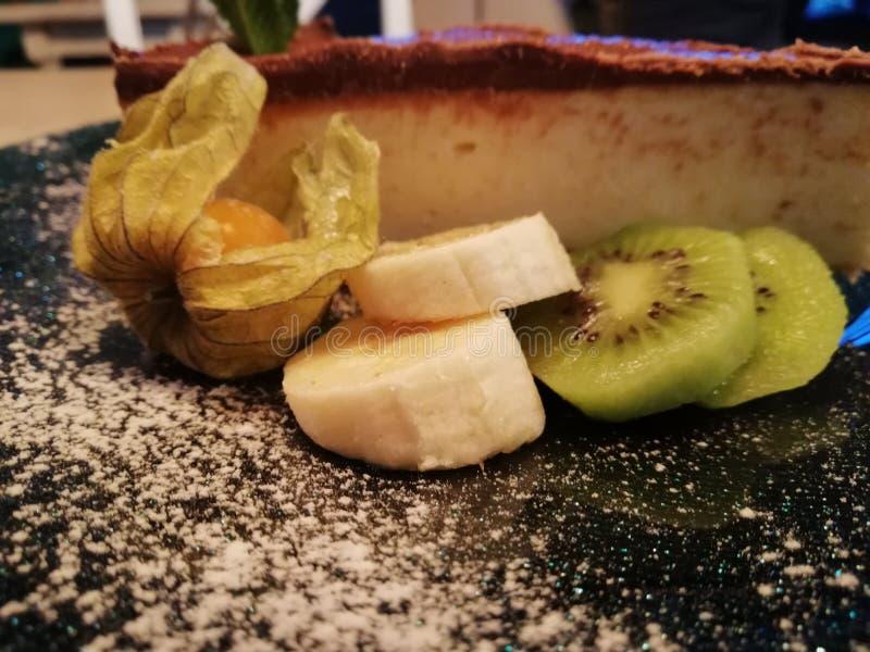 Käsekuchen mit Schokolade und Früchten stockfoto