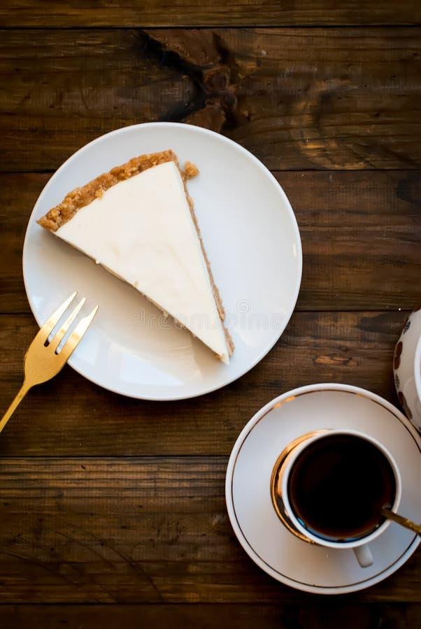 Käsekuchen und ein Tasse Kaffee, Draufsicht stockfotos