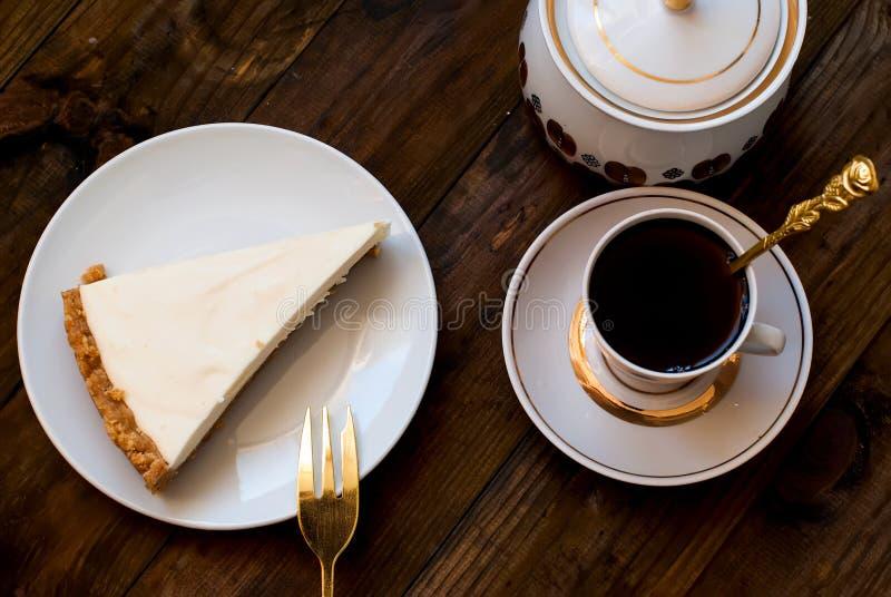 Käsekuchen und ein Tasse Kaffee, Draufsicht lizenzfreie stockfotos