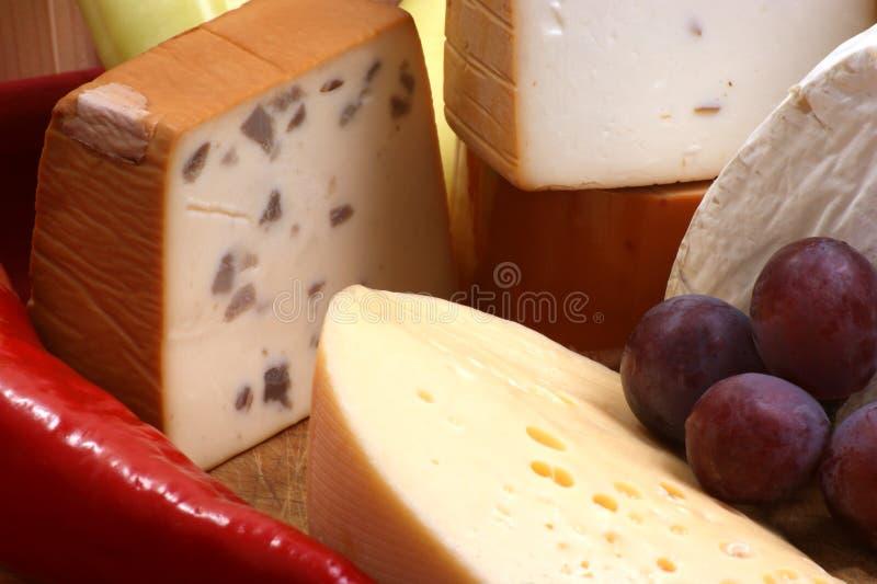 Käsemehrlagenplatte mit organischem Frischkäse lizenzfreie stockfotografie