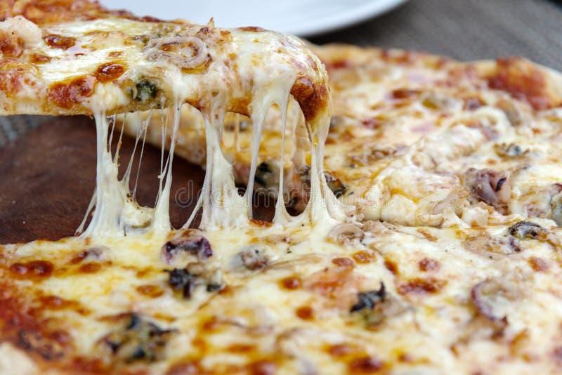 Käsepizza auf der Platte stockfotografie
