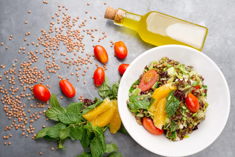 Mediterranen Küche käseplatte käserollen und linsensalat mediterranean küche stockbild