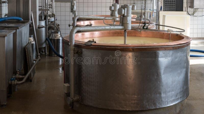 Käseproduktion lizenzfreies stockfoto