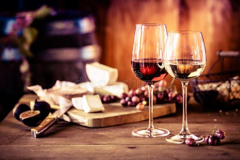 Käseservierplatte mit Wein vor Feuer stockfotos