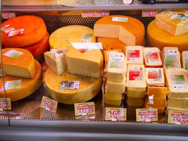 Käsevielzahl im Kühlschrank auf lokalem Markt stockfotografie