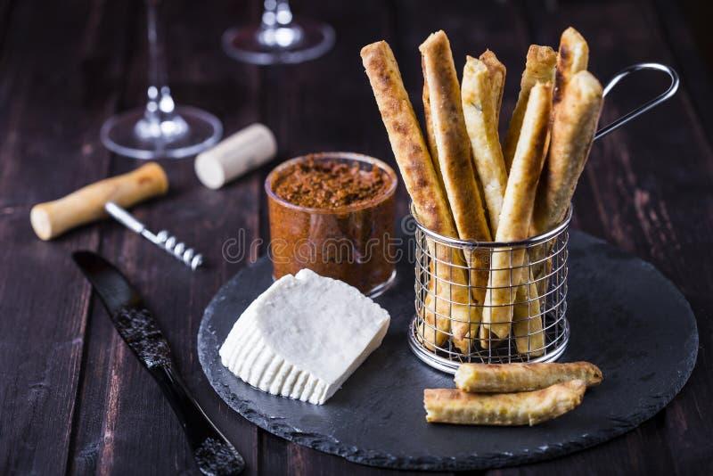 Käsige Breadsticks mit Paprika und Thymian stockfoto