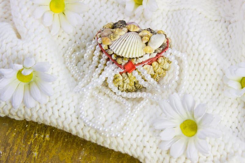 Kästchen von den Cockleshells und von den Perlen von Perlen stockbild