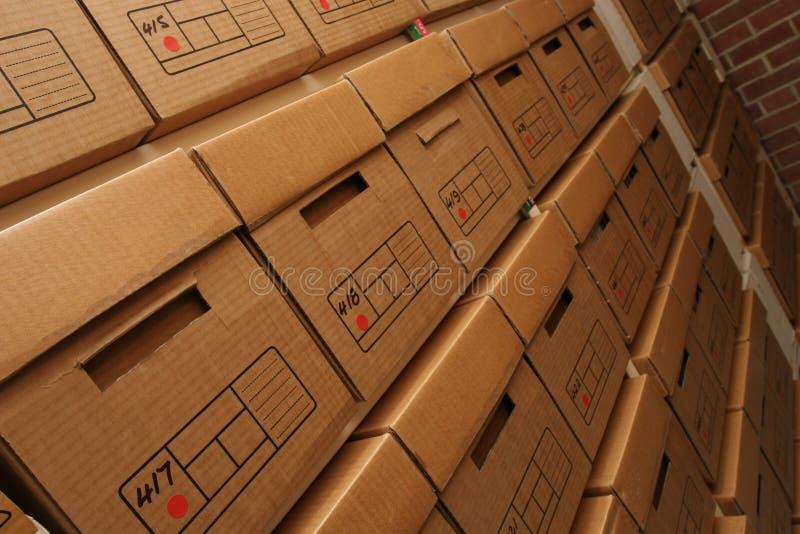 Kästen Firmasätze im Archivraum lizenzfreies stockbild