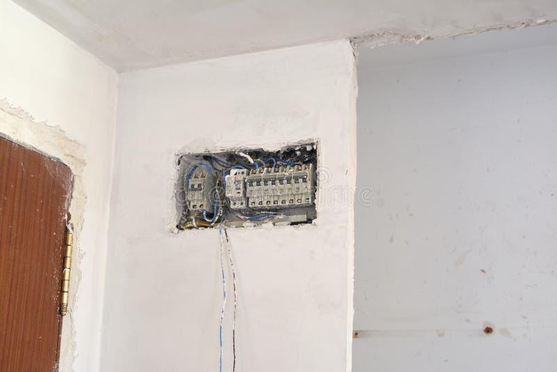 Kästen und Kabel der neuen elektrischen Installation DIY, Hausinnenverbesserungs-Raumbau stockbild