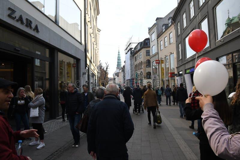 KÄUFER AUF SONNTAGS-EINKAUFEN AUF STROEGET lizenzfreie stockfotografie
