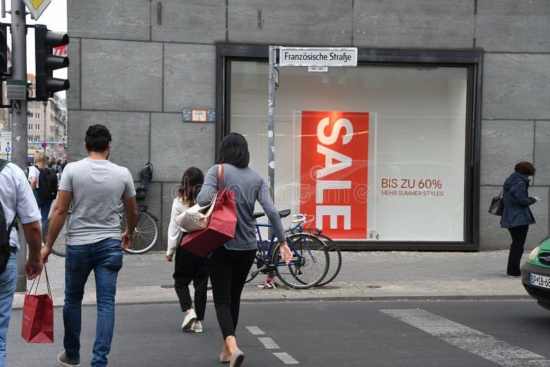 KÄUFER IN BERLIN stockfotos