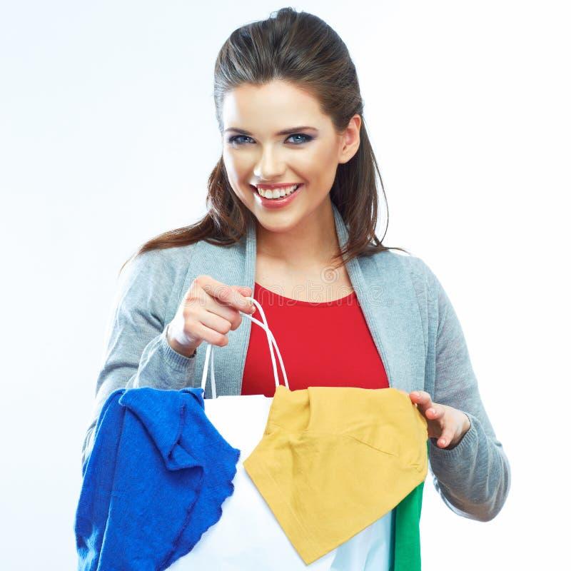 Käufer, der betrachtet, kleidend zuhause im Speicher Studioweißhintergrund lizenzfreies stockbild