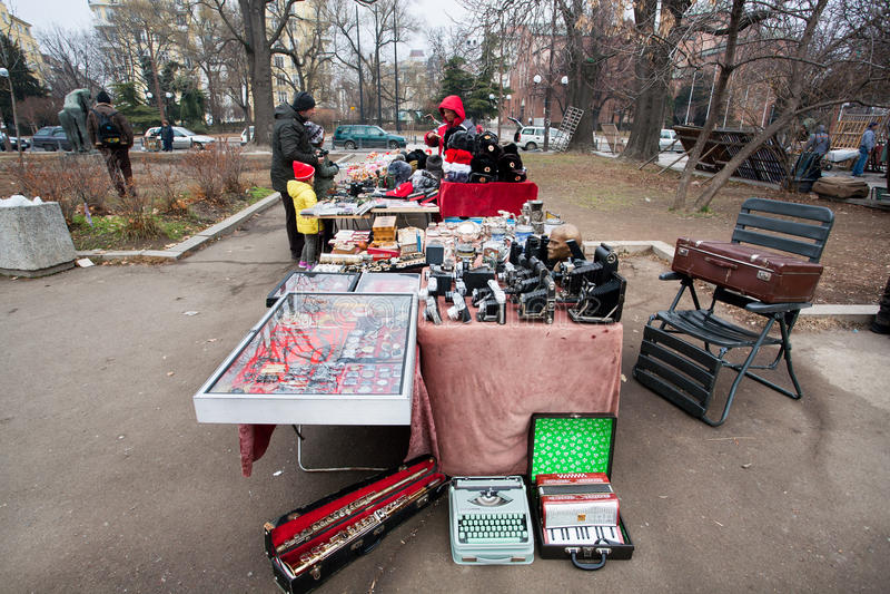 Käufer des Antiquitätenmarkts mit Kameras stockfotos