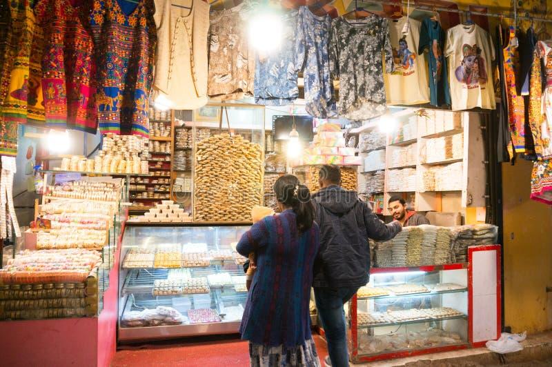 Käufer, die den bunten Nachtmarkt im dwarka Gujarat grasen stockfotos