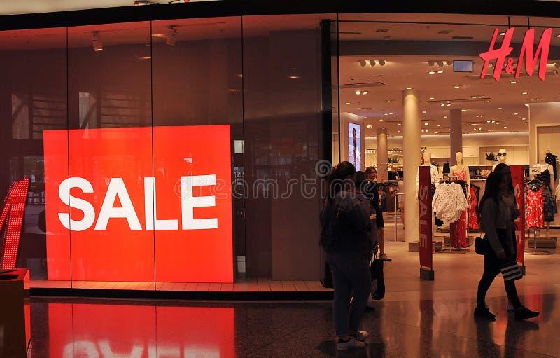 KÄUFER AN Einzelhandelsgeschäft H&Mswedish in Schweden stockfotos