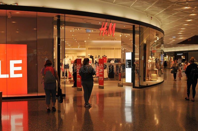 KÄUFER AN Einzelhandelsgeschäft H&Mswedish in Schweden lizenzfreie stockfotos