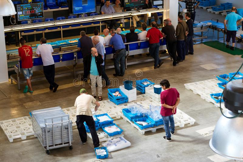 Käufer gehandelt am Förderer, Fischauktion in Blanes lizenzfreie stockbilder
