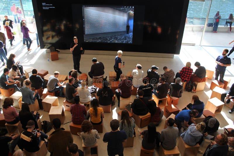 Käufer nehmen heute an Apple-Darstellung an neuer Allee Chicago Flussufer-Apple Store-Michigan teil lizenzfreies stockfoto
