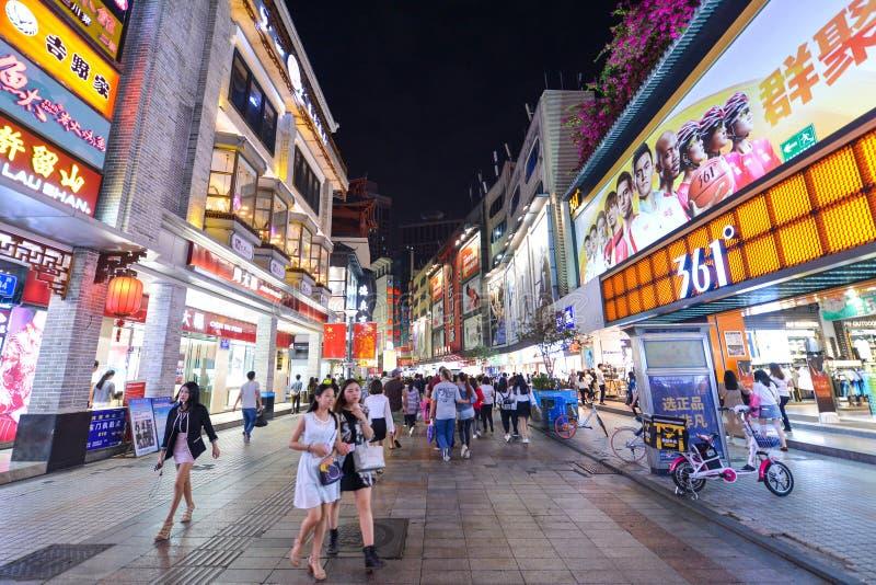 Käufer und Besucher drängen die berühmte Dongmen-Fußgänger-Straße Dongmen ist ein Einkaufsviertel von Shenzhen lizenzfreies stockfoto