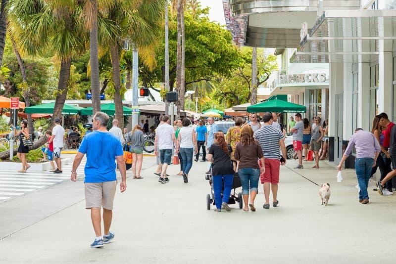Käufer und Touristen bei Lincoln Road in Miami lizenzfreies stockfoto