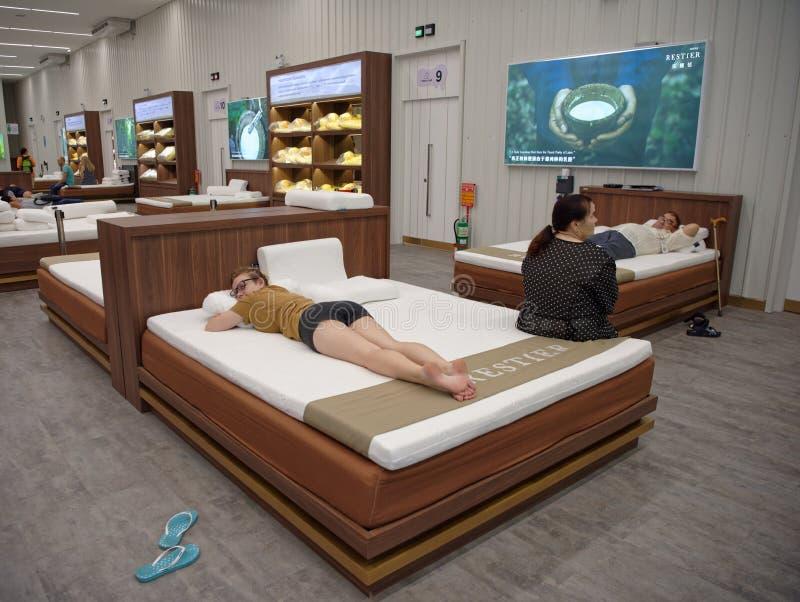 Käufer wählen Schlafenzubehör vom Latex in Toscano Leath lizenzfreie stockfotos