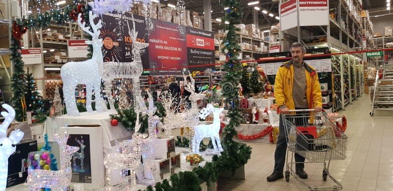 Käufer wählt Weihnachtszahlen und -dekorationen im Speicher vor stockfoto