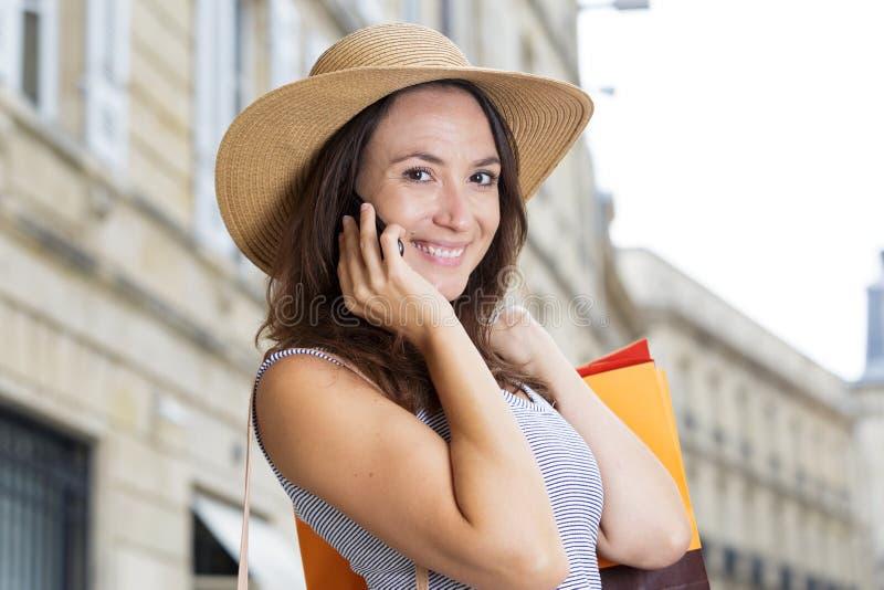 Käuferfrau, welche die Kamera tut das Einkaufen betrachtet lizenzfreies stockfoto