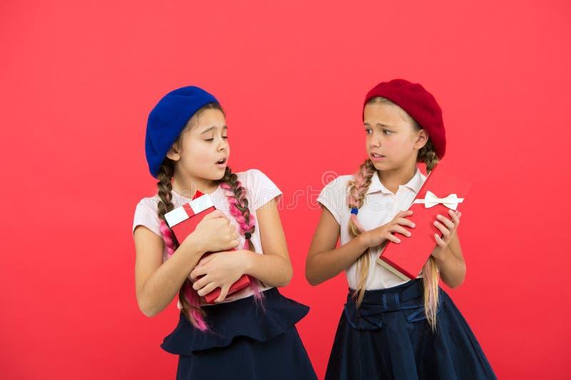 Kłócić się nad prezentami Przygotowywać teraźniejszość dla matek lub ojców dnia Szczęśliwi małe dzieci trzyma prezentów pudełka ś zdjęcia stock