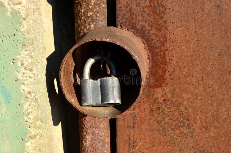 Kłódka na drzwi brama w metal kolbie, ochrona przeciw włamaniu obraz stock