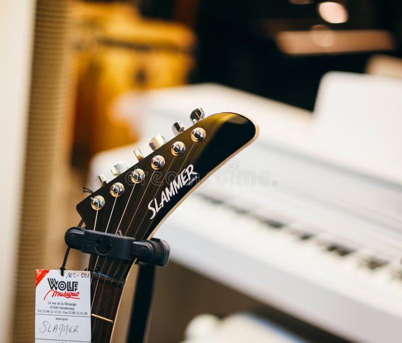 Kåk av hammaredetaljen av det nya gitarrhuvudet royaltyfri fotografi