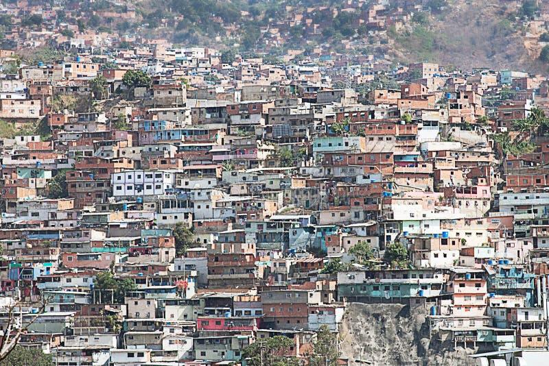 Kåkstad eller slumkvarter som byggs längs backen i Caracas arkivbild