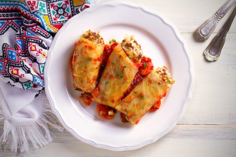 Kål rullar med kött, ris och grönsaker Chou farci, dolma, sarma, sarmale som är golubtsy - populär maträtt i många countr royaltyfri bild
