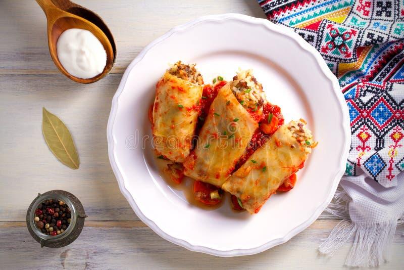 Kål rullar med kött, ris och grönsaker Chou farci, dolma, sarma, sarmale som är golubtsy - populär maträtt i många countr royaltyfria foton