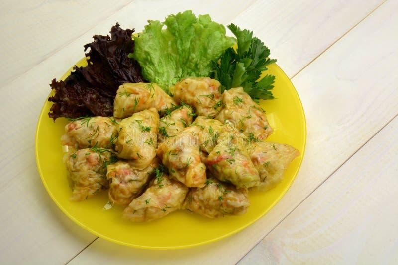 Kål rullar välfyllt med fegt kött, ris och grönsaker asiatisk mat arkivfoto