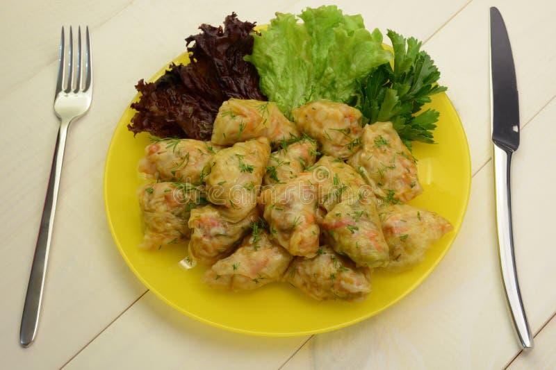 Kål rullar välfyllt med fegt kött, ris och grönsaker Rysk mat arkivbilder