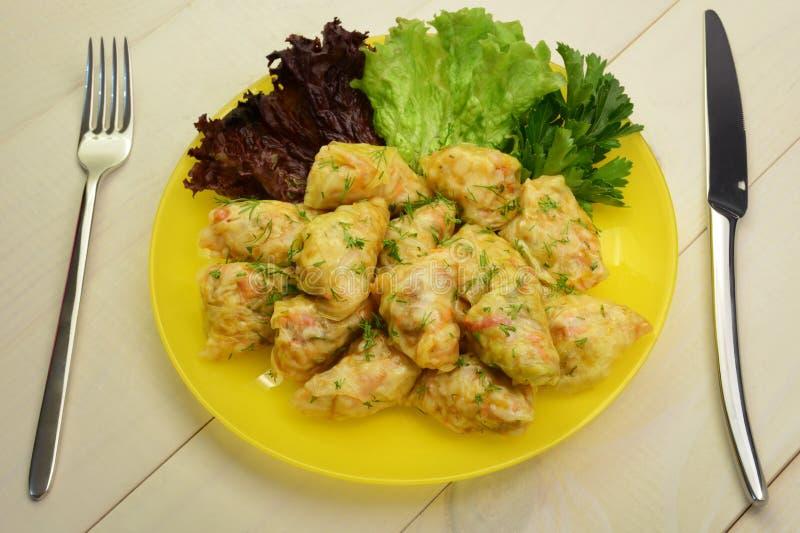 Kål rullar välfyllt med fegt kött, ris och grönsaker Rysk mat royaltyfri bild
