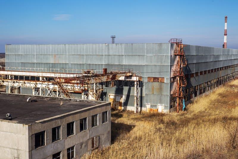 Kår av en gammal övergiven industrianläggning Övergiven constructi arkivbild