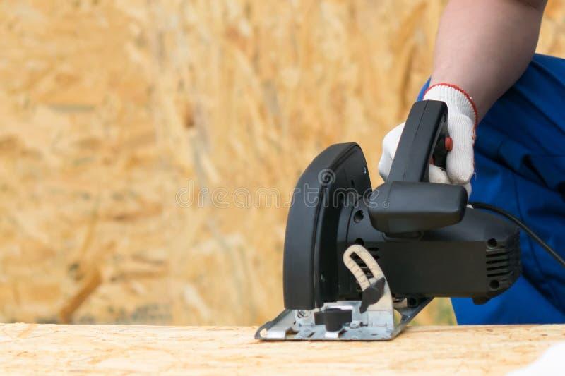 Kółkowy zobaczył cięcia wielki drewniany prześcieradło, frontowy widok w górę zdjęcie stock