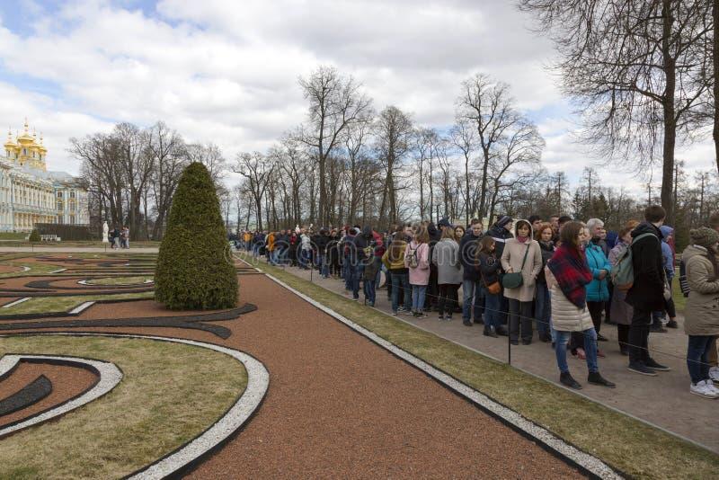 Kö av besökare till den stora Catherine Palace i förorterna av St Petersburg, Pushkin royaltyfri foto