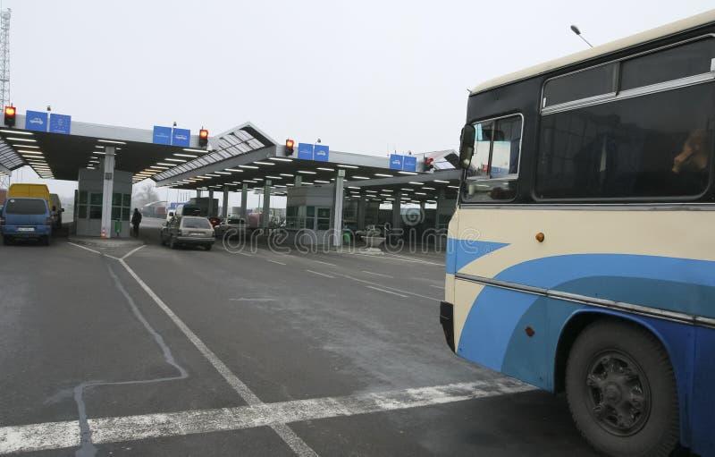 Kö av bilar som väntar på denukrainare gränsövergången royaltyfria bilder