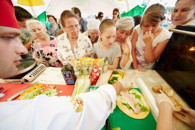 Köche und Besucher von Schutzmarke Solarlinie Pavillon stockfotografie