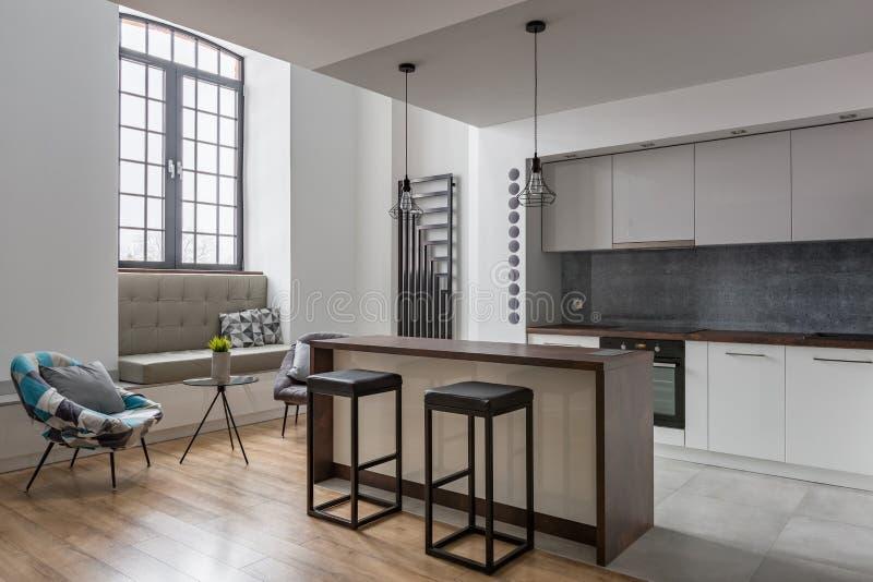 Kökö och två stolar arkivfoto