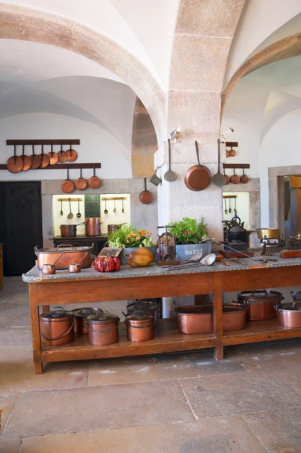 Kök av Palacioen da Pena i Sintra Portugal är en lös fantasi av kupoler, torn, crennelations och vallar arkivfoton