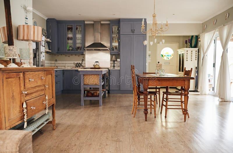 Kök för landsstil och äta middagområde av ett förorts- hem arkivbild