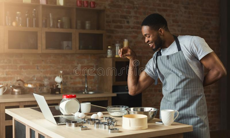 Kök för stekheta kakor för afrikansk amerikanman hemmastatt arkivbilder