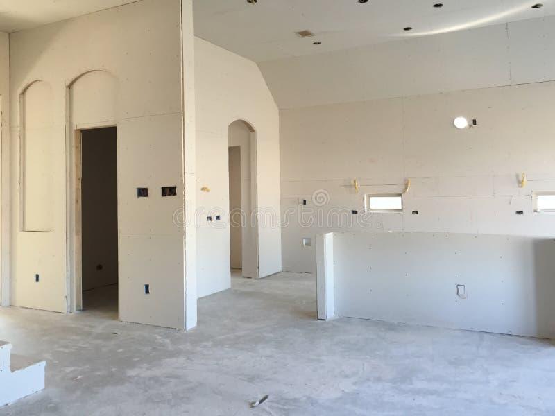 Kök i ett nytt hus under konstruktion arkivfoto