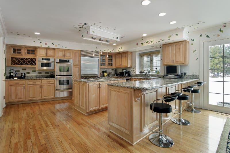 Kök med cabinetry för oakträ royaltyfri bild